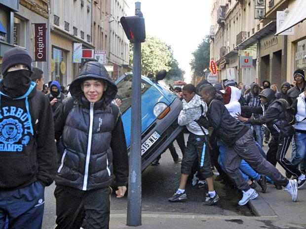 Jovens manifestantes tentam derrubar carro em protesto em Lyon
