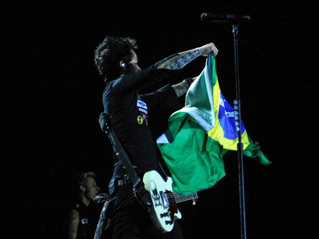 O vocalista do Green Day segura uma bandeira do Brasil durante show em São Paulo: 'Meu nome é Billie Joe Armstrong. E eu não sou da Argentina', brincou