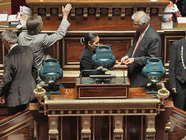 Senadores franceses votam a reforma do sistema de aposentadorias, que foi aprovado por 177 votos a favor e 153 contra