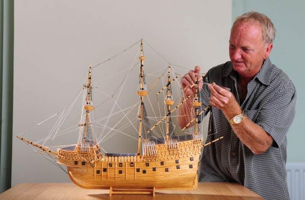 David Reynolds trabalha na réplica do navio Mary Rose, sua última criação.