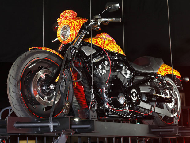 Jack Armstrong exibe a moto Harley-Davidson 'Cosmis Starship'