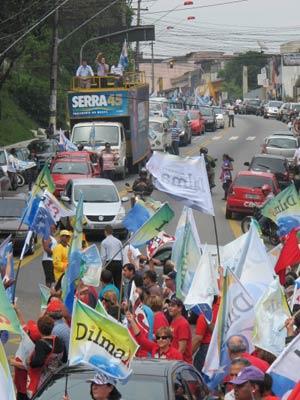 Em Diadema, carreata de partidos adversários se encontram na Avenida Alba