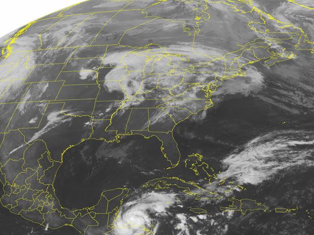 Imagem de satélite mostra a passagem da tempestade Richard, que virou furacão, pelo Caribe