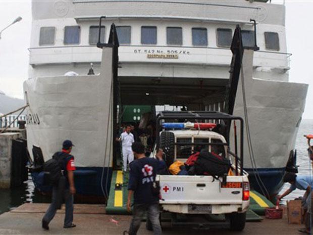Equipes de resgate preparam barco em Padang para rumar para o local do tsunami nesta terça-feira (26).