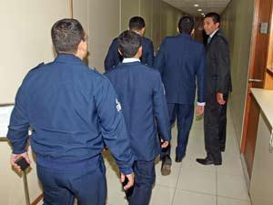 Controladores de voo julgados nesta terça pelo acidente do avião da Gol,em 2006, retornam ao o plenário após intervalo na Auditoria da 11ª CJM, do Superior Tribunal Militar, em Brasília (Foto: Andre Dusek/AE)