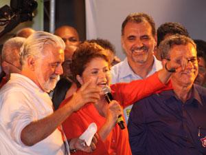 Dilma é acompanhada pelo governador reeleito da Bahia, Jaques Wagner, em comício em Vitória da Conquista (BA).