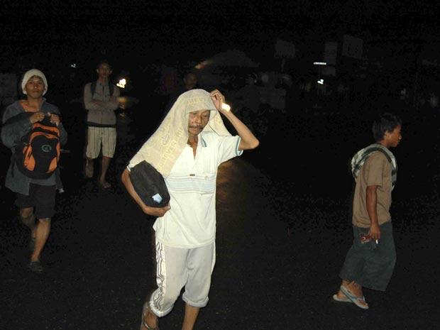 Moradores da cidade de Padang correm na noite desta segunda-feira (25), assustados com o terremoto.
