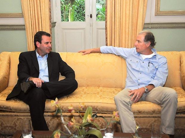 O prefeito Eduardo Paes (à esq.) e o produtor da franquia Velozes e Furiosos, Michael Fottrel, durante reunião no Palácio da Cidade, no Rio