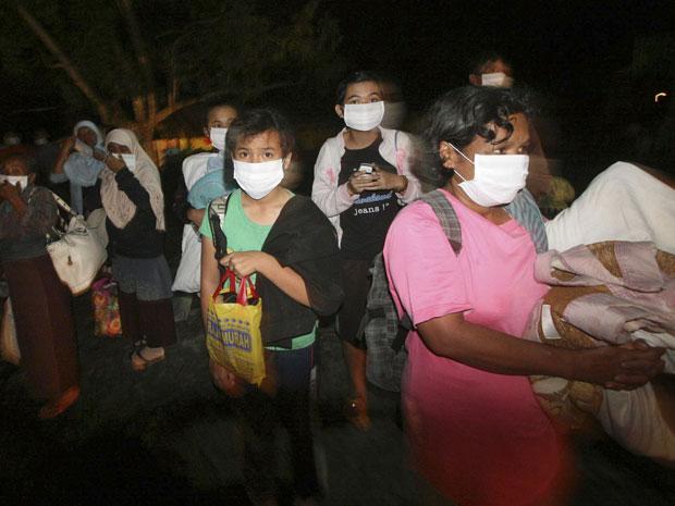 Moradores são retirados de suas casas em Pakem na noite desta terça-feira (26).