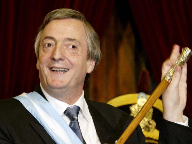O ex-presidente argentino Néstor Kirchner brinca ao tomar posse de seu primeiro mandato, em 25 de maio de 2003.