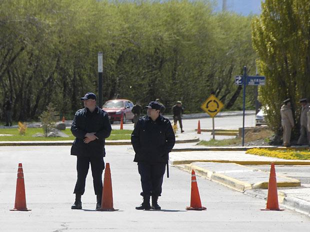 Policiais guardam a entrada da casa dos Kirchner em El Calafate nesta quarta-feira (27).