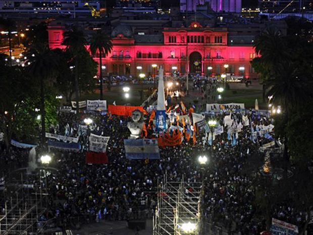 Argentinos começam vigília em homenagem a Néstor Kirchner, na noite desta quarta-feira (7), em frente à Casa Rosada.