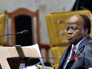 Ministro Joaquim Barbosa, relator do recurso do deputado federal Jader Barbalho (PMDB-PA) contra a Lei da Ficha Limpa, no julgamento desta quarta-feira (27).