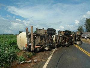 Caminhão tomba e bloqueia rodovia em Rondônia
