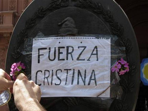 Argentinos prestam solidariedade nesta quarta-feira (27) à presidente Cristina Kirchner, em frente à Casa Rosada.