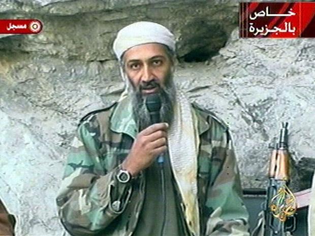 O líder da rede terrorista da al-Qaeda, Osama bin Laden, em vídeo divulgado em 2001. (Foto: AP)