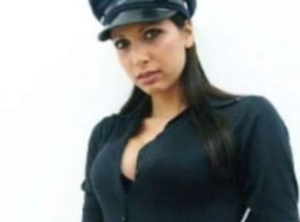 Em uma das imagens, ela posou com o uniforme da polícia americana.