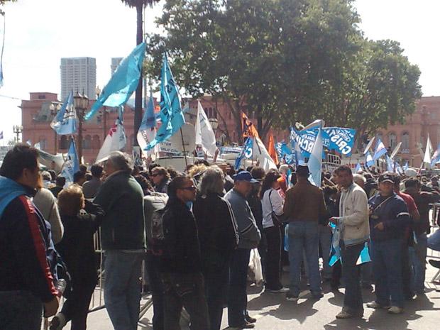 Argentinos concentram-se em frente à Casa Rosada na manhã desta quinta-feira (28), à espera do início do velório.
