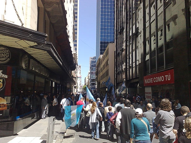 Fila para velar Néstor Kirchner estende-se por rua próximo à Praça de Maio no fim da manhã desta quinta-feira (28).