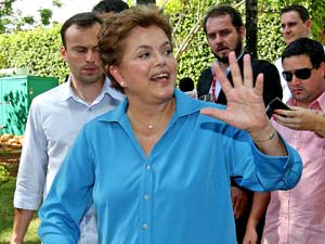 A candidata do PT à Presidência, Dilma Rousseff, fala com jornalistas na saída de seu comitê, em Brasília, nesta quinta