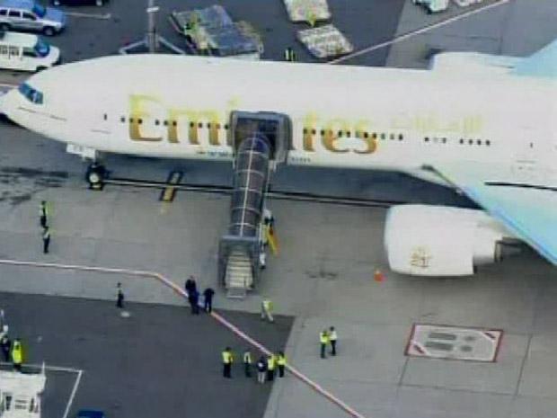 Imagem da TV local mostra o Boeing da Emirates logo após o pouso no aeroporto JFK, em Nova York, nesta sexta-feira (29).