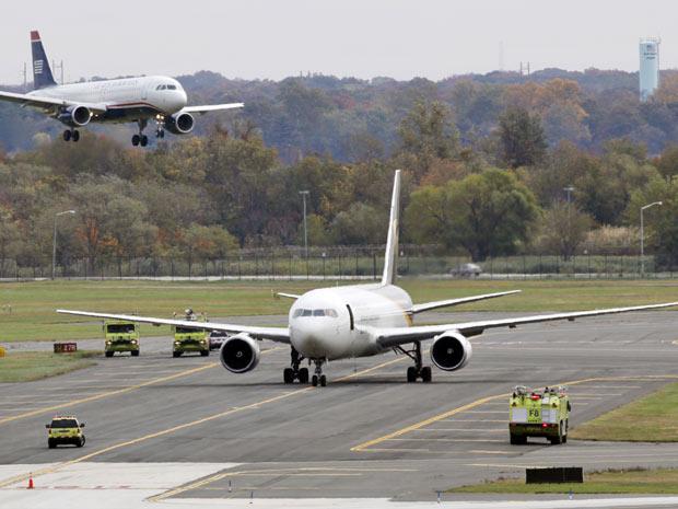 Jato pousa perto de avião da United Parcel Service, isolado após ameaça, em aeroporto da Filadélfia