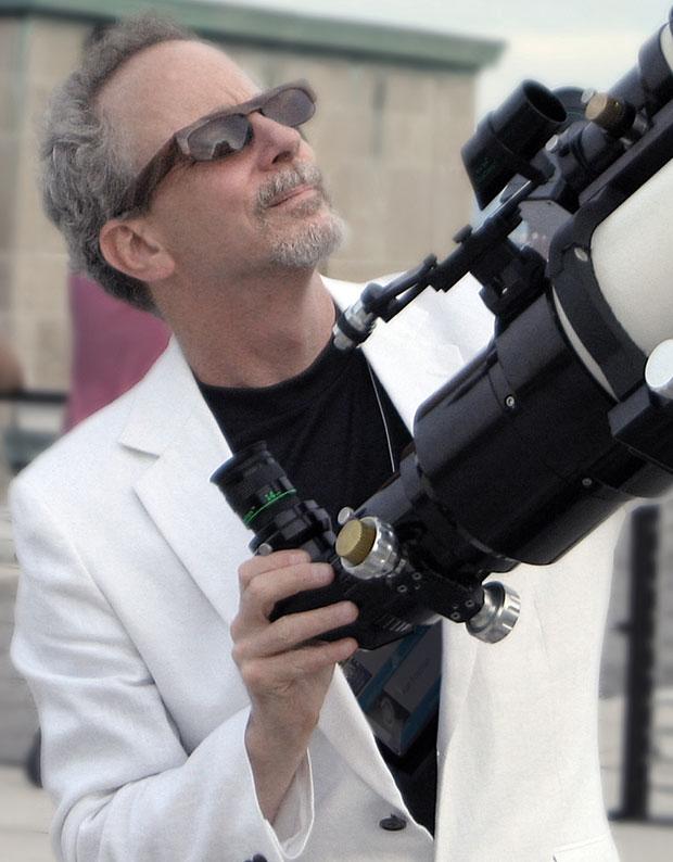 Alan Friedman com seu telescópio em Buffalo, Nova York