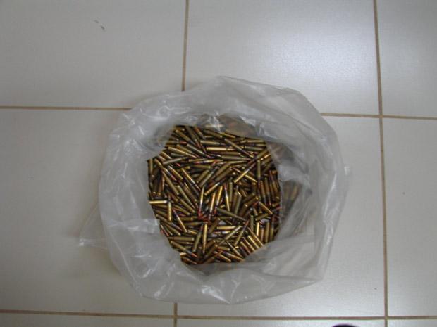 Cerca de 420 munições de fuzil foram apreendidas em Foz do Iguaçu (PR), na sexta-feira (28), em uma operação conjunta da Polícia Federal, Receita Federal e Força Nacional de Segurança. As munições foram encontradas dentro de uma bolsa, que estava escondida em uma pousada. A suspeita é que o material seria enviado ao Rio de Janeiro. As munições foram encaminhadas à delegacia da Polícia Federal em Foz do Iguaçu. Ninguém foi preso.