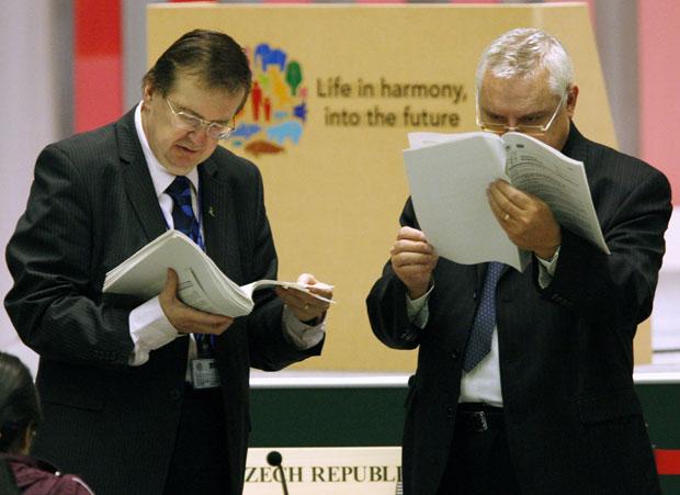 Negociadores verificam textos antes do início da reunião plenária da COP 10, em Nagoya