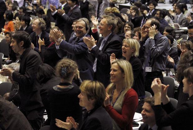 Delegados aplaudem encerramentos da COP 10, na cidade japonesa de Nagoya