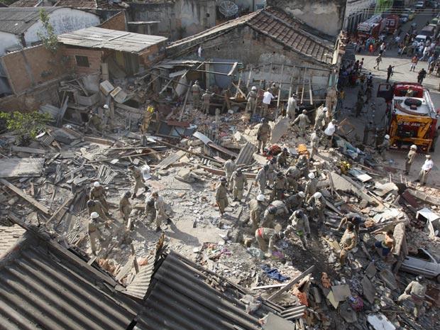 Vista geral dos escombros do prédio que desabou