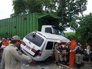 Van e caminhão batem de frente em Alagoas