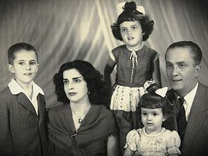 Dilma (no alto) com a família