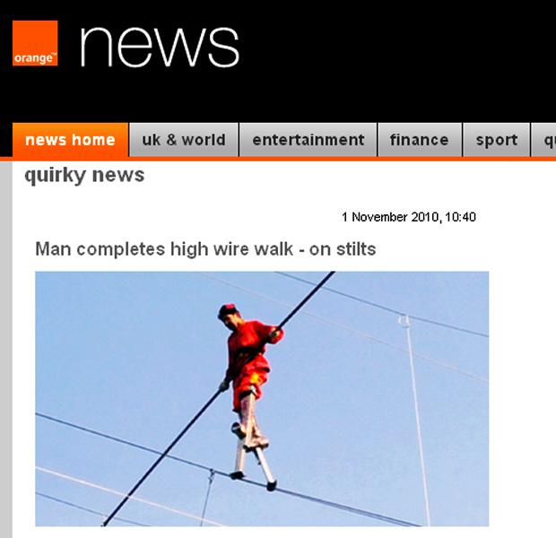 Homem bate recorde ao caminhar em fio elétrico com pernas de pau