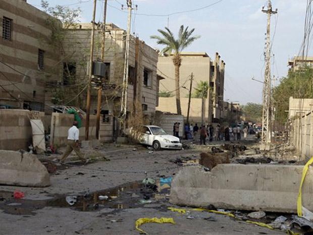 Destroços ao redor da igreja após a ação de resgate nesta segunda-feira (1) em Bagdá.