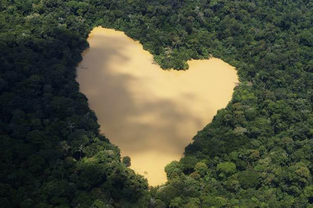 Lago tem o formato de um coração.