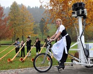 Bianca Keybach, chefe de turismo da cidade de Oberstaufen, no sul da Alemanha, anda em bicicleta usada no serviço Street View  (Foto: Stefan Puchner/AFP)
