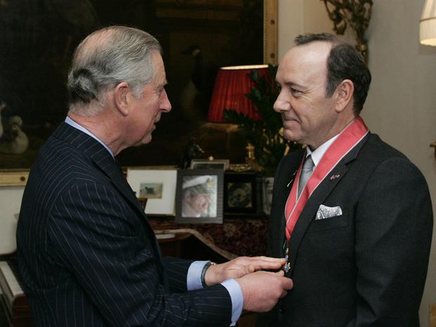 O ator americano Kevin Spacey recebe medalha de Comandante do Império Britânico do Príncipe Charles em Londres nesta quara-feira (3). Esse prêmio é entregue a estrangeiros em reconhecimento a serviços excepcionais à Grã-Bretanha