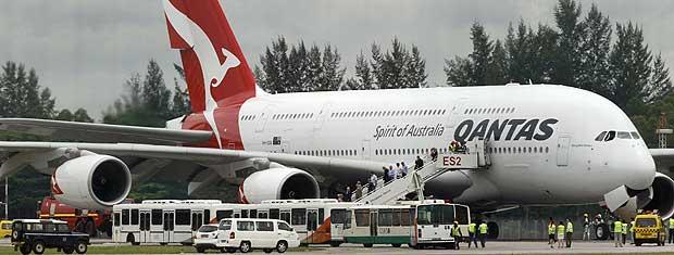 Passageiros deixam o Airbus A380 passageiros após pouso emergencial em Singapura. (Foto: Vivek Prakash / Reuters)