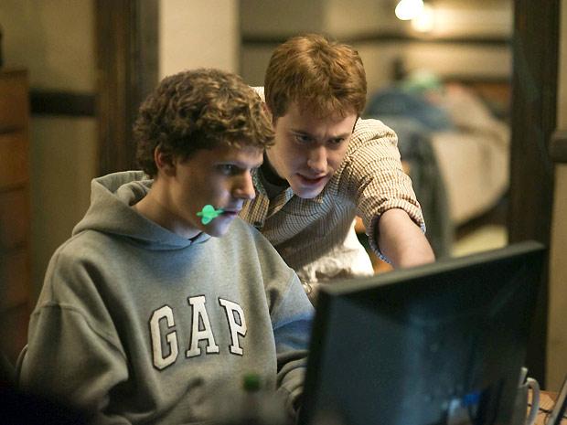 Os atores Jesse Eisenberg  (sentado) e Joseph Mazzello durante cena do filme 'A rede social'