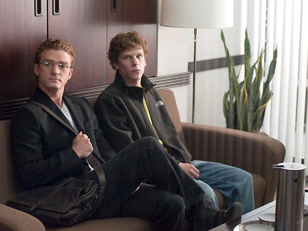 O ator Justin Timberlake (à esq.), que interpreta o cocriador do Napster Sean Parker, ao lado do ator Jesse Eisemberg: jovem foi um dos primeiros a enxergar um potencial de negócios no Facebook (Foto: Divulgação)