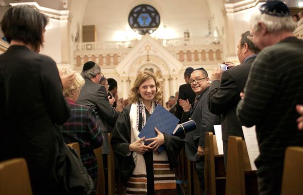 Alina Treiger é ordenada nesta quinta-feira (4) em Berlim.
