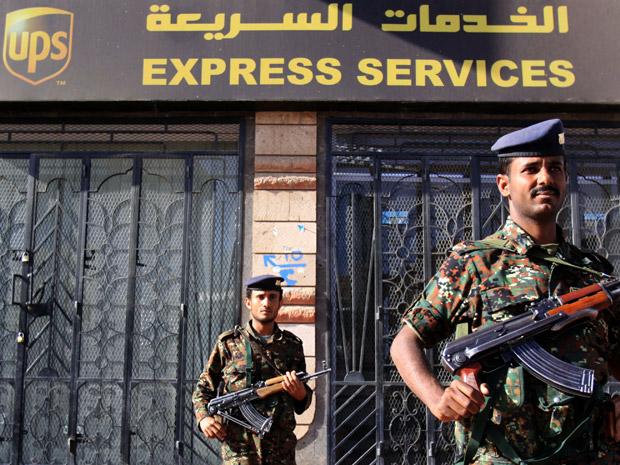 Policiais iemenitas fortemente armados montam guarda em frente ao escritório fechado da UPS nesta quinta-feira (5) em Sanaa, capital do Iêmen.
