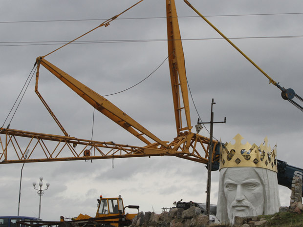 Obras do Cristo Redentor da cidade polonesa de Swiebodzin nesta sexta-feira (5).