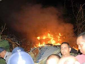 Equipes de resgate e voluntários trabalham na região onde avião da Aerocaribean caiu.