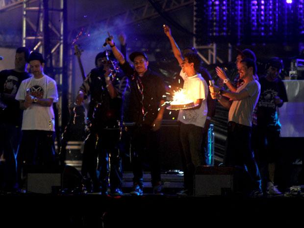 Marcelo D2 comemora aniversário com sua banda no palco do F1 Rocks