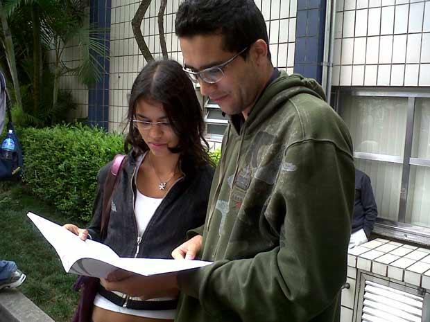 Estudantes observam caderno de questões do Enem, depois do fim da prova