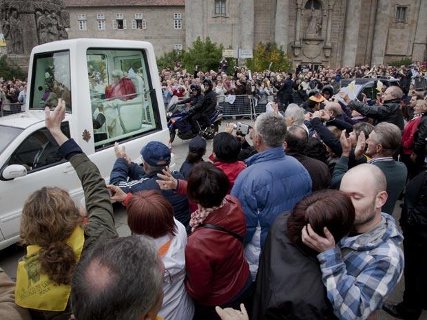Outro casal se beija durante passagem do papa em Santiago de Compostela, no sábado (6)