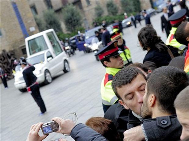 Casal gay se beija durante passagem do papamóvel em Barcelona, neste domingo (7)