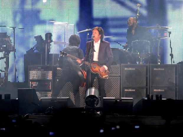 Vestindo terno e camisa branca, o ex-beatle Paul McCartney começou o show no estádio Beira-Rio, em Porto Alegre, às 21h10 deste domingo (7). McCartney abriu a apresentação tocando 'Venus and Mars rockshow'